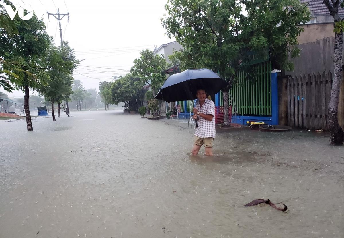 Ban Chỉ huy PCTT&TKCN tỉnh Quảng Nam cho biết, hiện mực nước các sông trên địa bàn tỉnh Quảng Nam đang lên. (Ảnh: Một khu dân cư bị nước lụt bủa vây).
