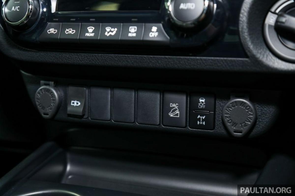 Mỗi chiếc Hilux đều đi kèm với hệ thống an ninh tùy chỉnh bao gồm bộ cố định động cơ, cảnh báo và cảm biến xâm nhập cabin. Ngoài ra, một hệ thống viễn thông là tiêu chuẩn trên Rogue và 2.4V (tùy chọn cho các phiên bản khác), và điều này cho phép theo dõi xe tải theo thời gian thực bằng tín hiệu GPS.