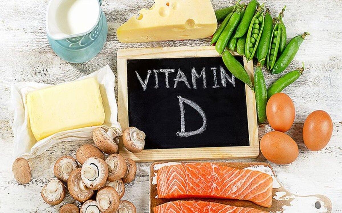 Thiếu vitamin Dkhiếnxương yếu, sâu răng, sỏi thận, cơ yếu, khả năng hấp thụ canxi kém. Bạn có thể bổ sung vitamin D bằng các thực phẩm như cá hồi, sữa, ngũ cốc.../.