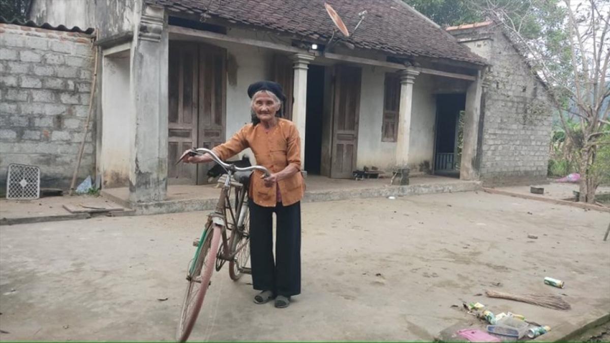 Cụ bà Đỗ Thị Mơ (84 tuổi, trú tại thôn Lương Thiện, xã Lương Sơn, huyện Thường Xuân, Thanh Hóa), người từng 2 lần đạp xe lên xã xin thoát nghèo (Ảnh: KT)