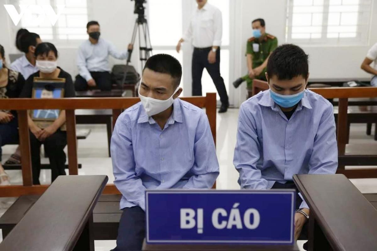 Hai bị cáo Đinh Văn Giáp và Đinh Văn Trường tại tòa.