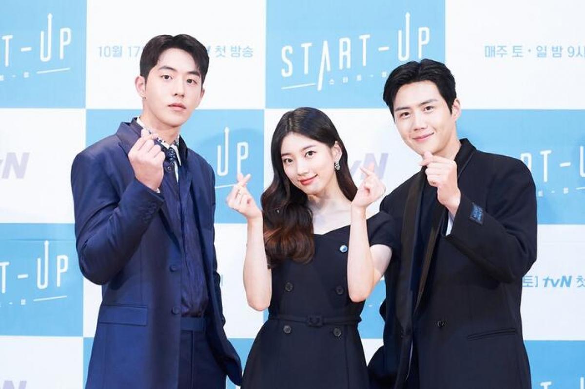 """""""Start-up"""" lấy bối cảnh ở Thung lũng Silicon phiên bản hư cấu của Hàn Quốc, nơi những người trẻ có ước mơ vươn tới thành công trong thế giới của các công ty khởi nghiệp. Với ngoại hình cân xứng, Nam Joo Hyuk và Suzy hứa hẹn mang đến những tương tác ăn ý,bùng nổ trên màn ảnh nhỏ.Phim sẽ chính thức lên sóng vào ngày 17/10 tới./."""