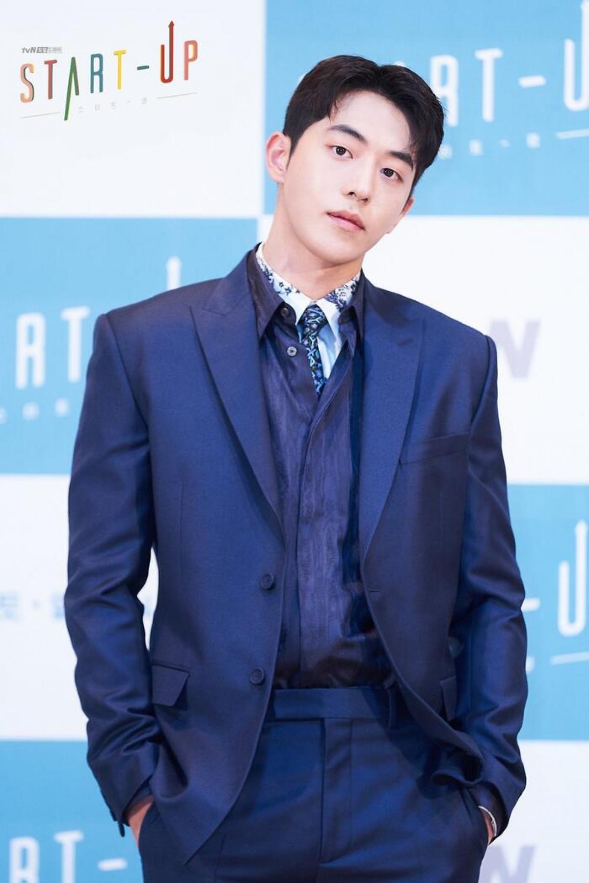 """""""Mỹ nam bơi lội"""" Nam Joo Hyuk xuất hiện với vẻ ngoài lạnh lùng trong trang phục suit xanh lịch lãm. Trong phim anh sẽ vào vai Nam Do San,người sáng lập Samsan Tech,một công ty kỹ thuật phần mềm."""
