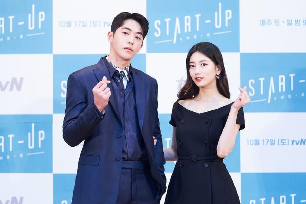 Xuất hiện tại sự kiện, cặp đôi Suzy và Nam Joo Hyuk là tâm điểm chú ý của truyền thông.Cặp đôi diện lên người bộ trang phục lịch lãm, sang trọng và cá tính.