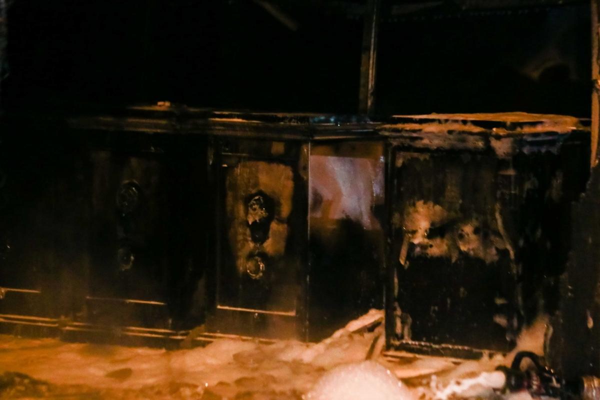 Nhiều két sắt cũng bị lửa thiêu đến biến dạng.