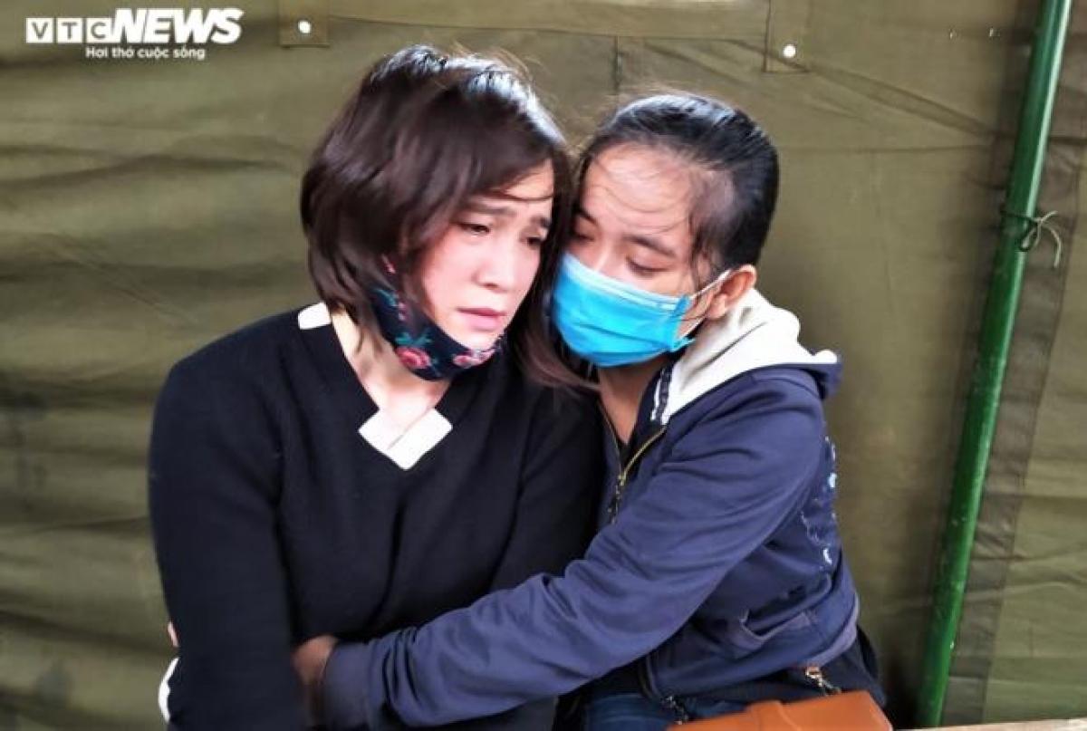 Chị Nhung như người vô hồn khi biết tin chồng chị cùng 21 đồng đội ở Đoàn Kinh tế - Quốc phòng 337 hy sinh.