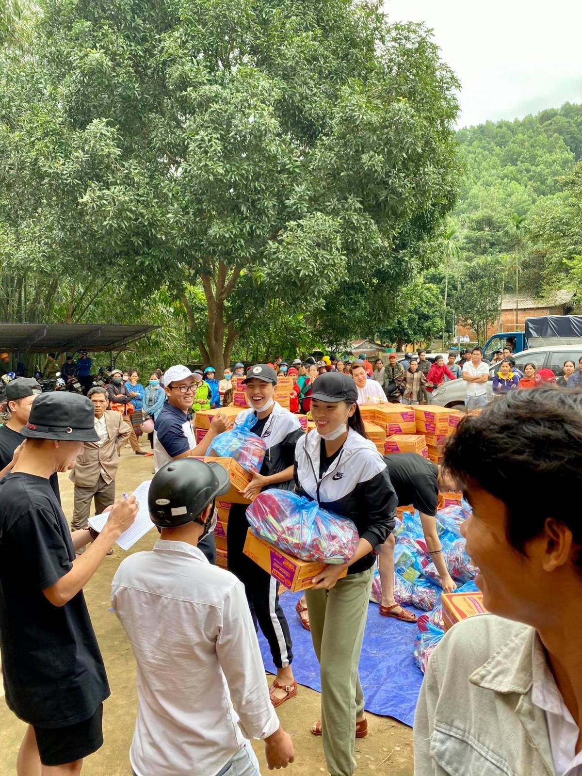 Minh Triệu - Kỳ Duyên là những nghệ sĩtrực tiếp đến miền Trung chuyển quà cứu trợ đến từng hộ gia đình.