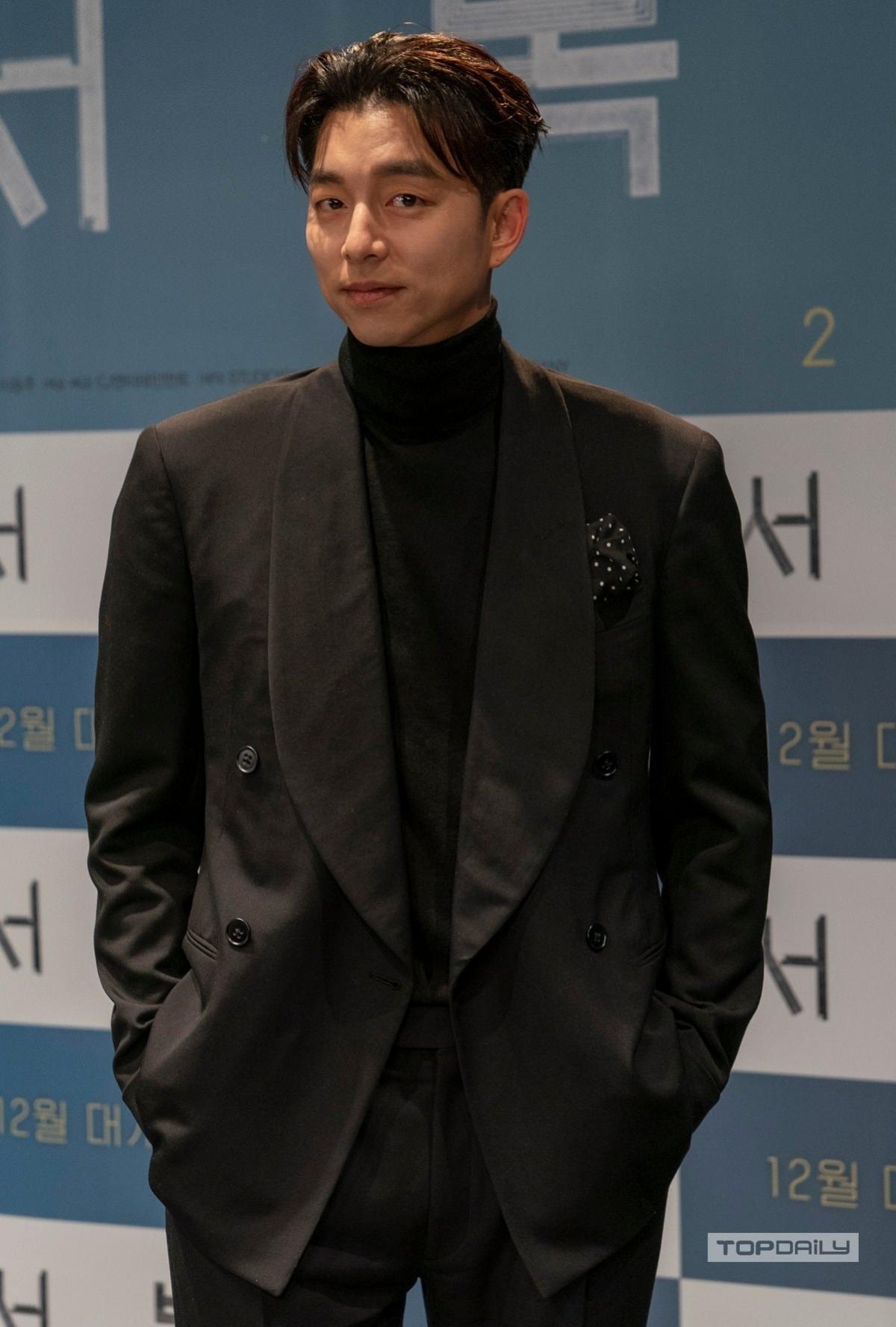 Mái tóc cắt ngắn được tạo kiểu càng tôn lênvẻ nam tính cho tài tử hàng đầu Hàn Quốc.