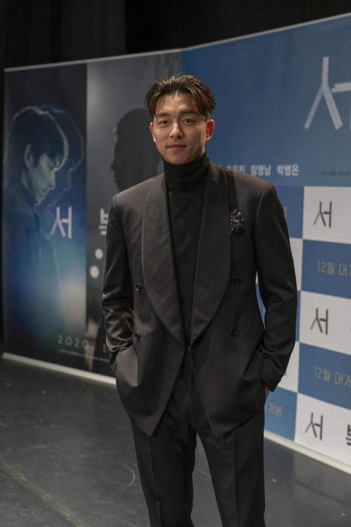 Xuất hiện sau thời gian vắng bóng,Gong Yoo vẫn giữ vững phong độ với vẻ ngoài điển trai trong trang phục vest đen lịch lãm.
