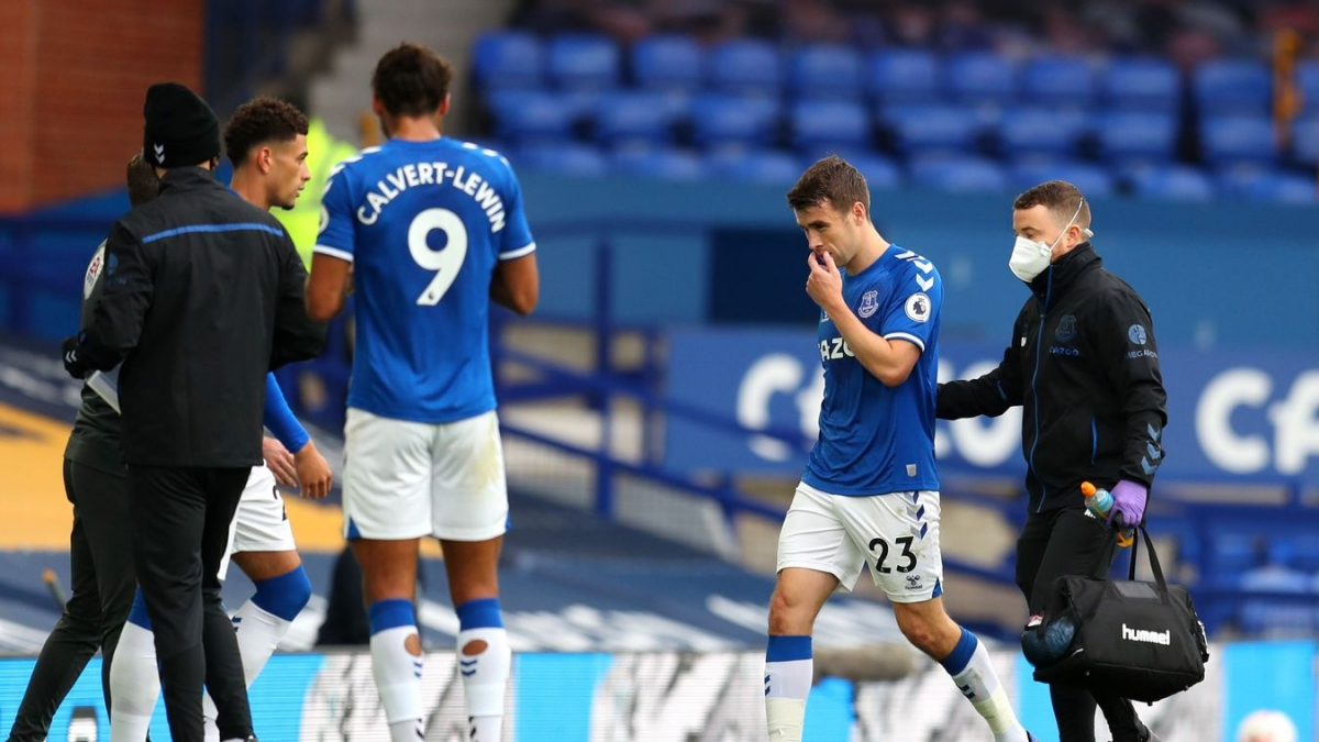 Sau Van Dijk đến lượt Coleman phải rời sân vì chấn thương. (Ảnh: Getty)