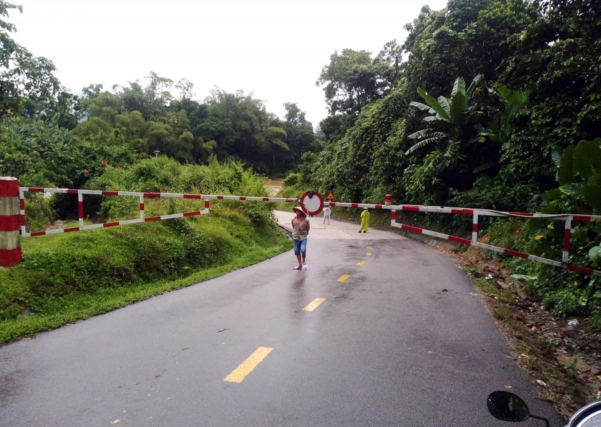 Hiện nay, hai cây cầu Sông Trường và cầu Nước Oa trên Quốc lộ 40B, thuộc xã Trà Tân, huyện Bắc Trà My nước đã tràn qua cầu. Lực lượng chức năng đã rào chắn không cho người dân qua lại.