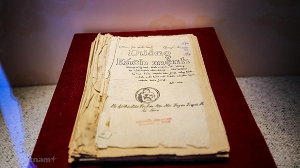 """Sách """"Đường Kách mệnh"""" được công nhận Bảo vật quốc gia Việt Nam năm 2012, hiện đang được lưu giữ tại Bảo tàng Lịch sử quốc gia. Ảnh: TTXVN"""