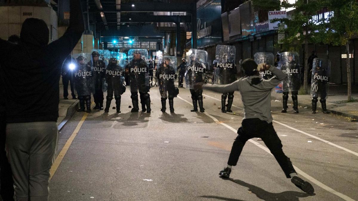 Biểu tình đã kéo dài đến suốt đêm 27/10 (giờ địa phương) với khoảng hàng nghìn người tham gia. Người biểu tình phóng hỏa, ném đá vào cảnh sát chống bạo động ở Philadelphia. Các băng nhóm hôi của đã tấn công khoảng 1.000 cửa hàng. Ảnh: Reuters.
