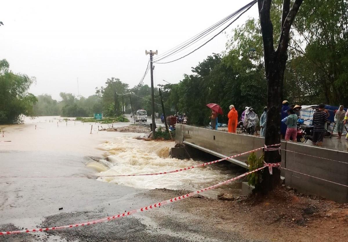 Mưa lớn trong ngày hôm nay (7/10) đã cuốn trôi cây cầu tạm tại khu vực thôn Cây Sanh, xã Tam Dân, huyện Phú Ninh, tỉnh Quảng Nam khiên giao thông tại khu vực này bị ách tắc.