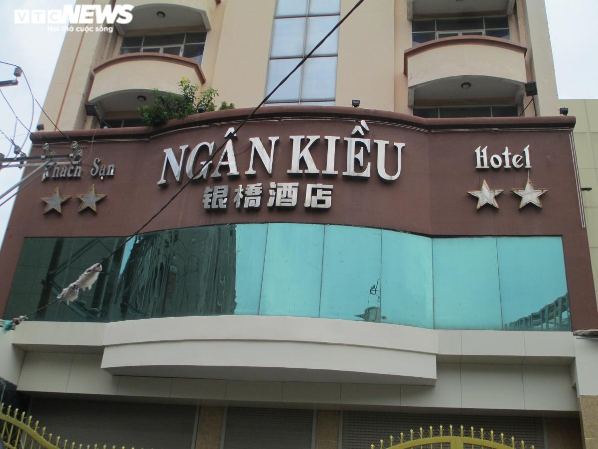 Tài sản gắn liền với khu đất là khách sạn 9 tầng Ngân Kiều với tổng diện tích sử dụng hơn 4.000m2, giá khởi điểm cho tài sản này là 122 tỷ đồng.