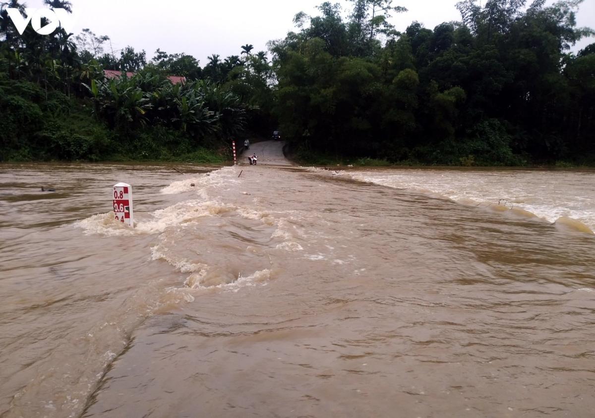 Nước đã tràn qua cầu sông Trường trên Quốc lộ 40 - tuyến huyết mạch nối TP Tam Kỳ lên các huyện Tiên Phước, Bắc Trà My, Nam Trà My.