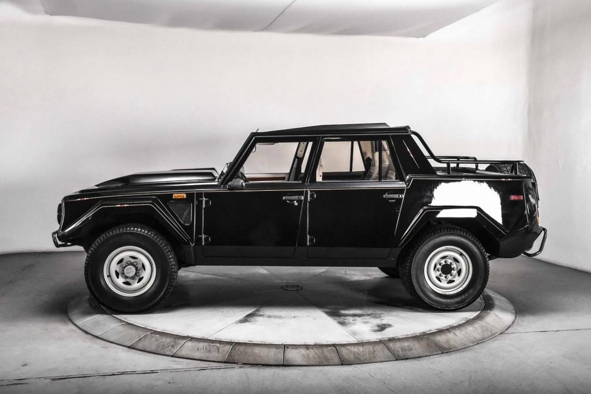 Chiếc xe này hiện đang được bán đấu giá thông qua trang Bring a Trailer với chỉ 4.000 km trên đồng hồ odo.