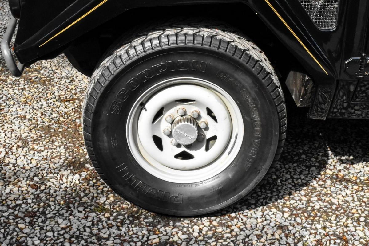 Xe sử dụng bộ mâm kích thước 17 inch, sơn màu trắng và được bọc bên ngoài bởi bộ lốp Pirelli Scorpion cỡ lớn với kích thước 345/60.