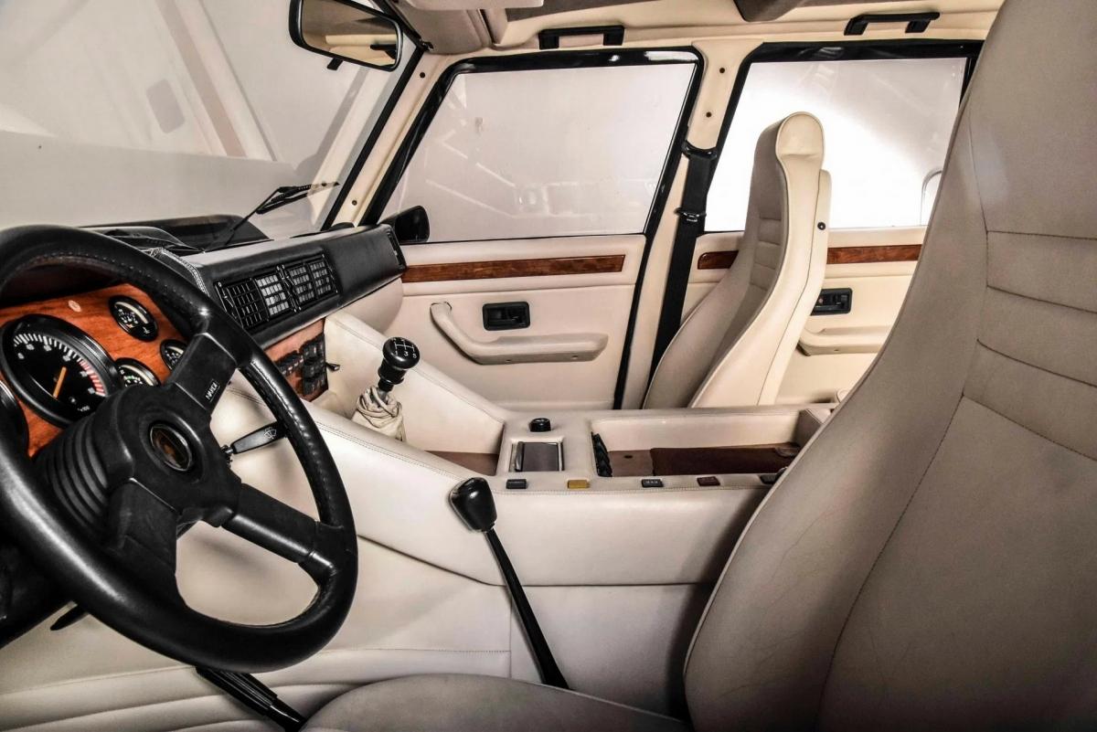 Bên trong, khoang lái của xe được bọc da màu trắng vô cùng sang trọng, đi kèm bộ ghế ngồi gồm bốn ghế đua thể thao.