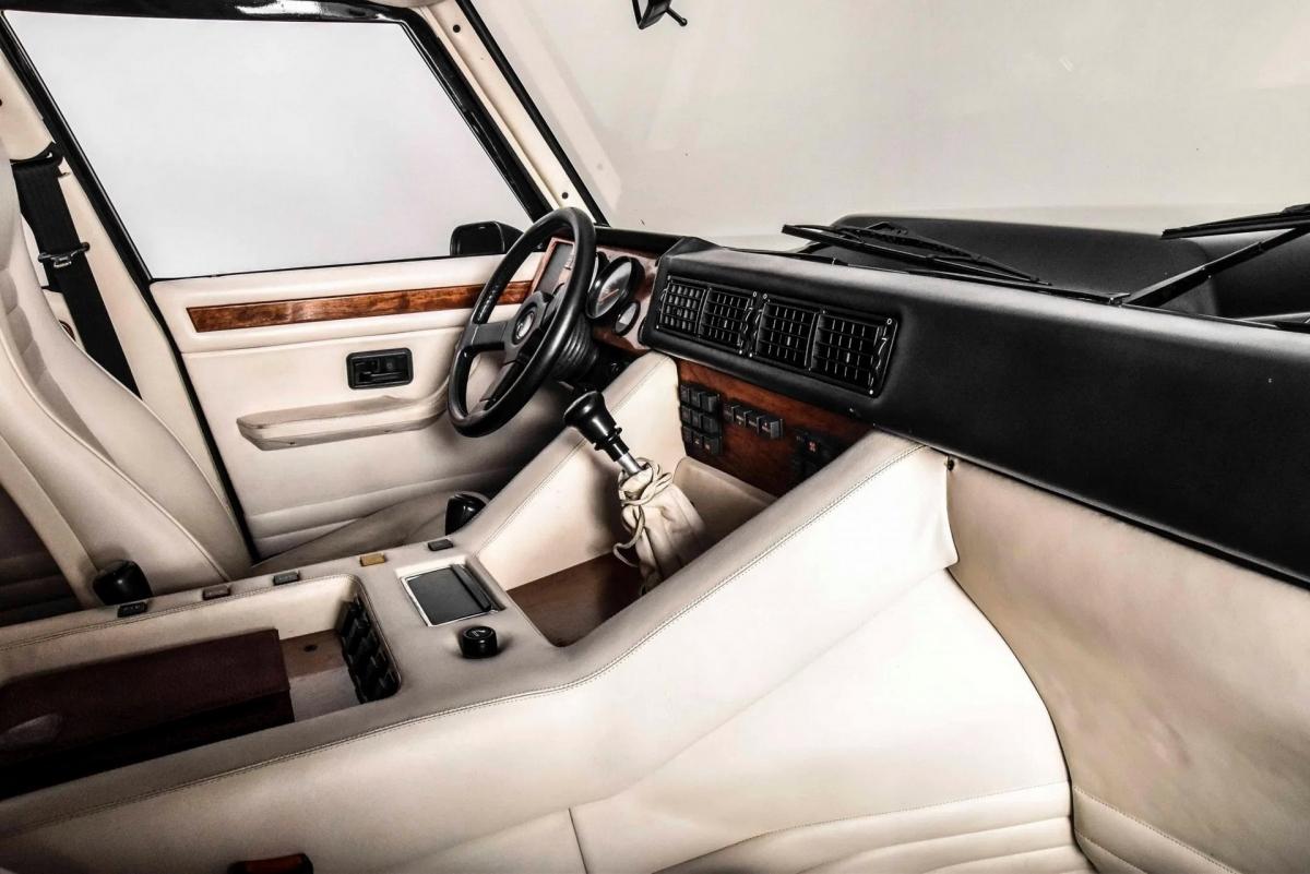 Một số chi tiết bên trong khoang lái được ốp gỗ nhằm tăng sự sang trọng cho xe.