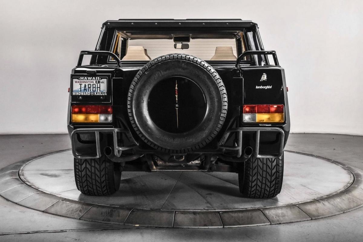 """Cũng chính vì lý do đó, giá bán của mẫu xe địa hình của thương hiệu bò tót này luôn có giá bán rất cao, một số chiếc được rao ở mức nửa triệu USD, hơn cả một chiếc Aventador mới """"cóng""""."""