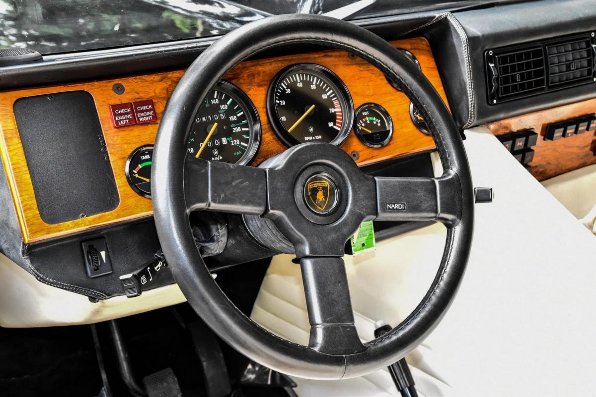 Lamborghini trang bị cho LM002 khối động cơ V12 hút khí tự nhiên, dung tích 5.2 lít tương tự như mẫu siêu xe đình đám Countach.