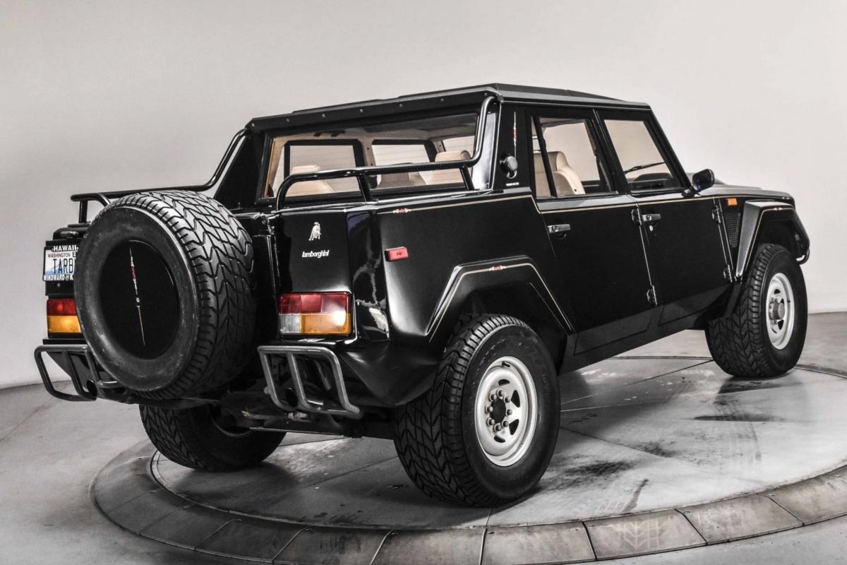 Nhiều người vẫn biết đến Urus là chiếc Lamborghini đầu tiên có khả năng off-road nhưng ít ai biết được rằng, hơn 30 năm trước, chiếc LM002 đã chinh phục nhiều con đường đất trên khắp thế giới, thậm chí là giải đua Paris Dakar với logo Lamborghini trên mình.