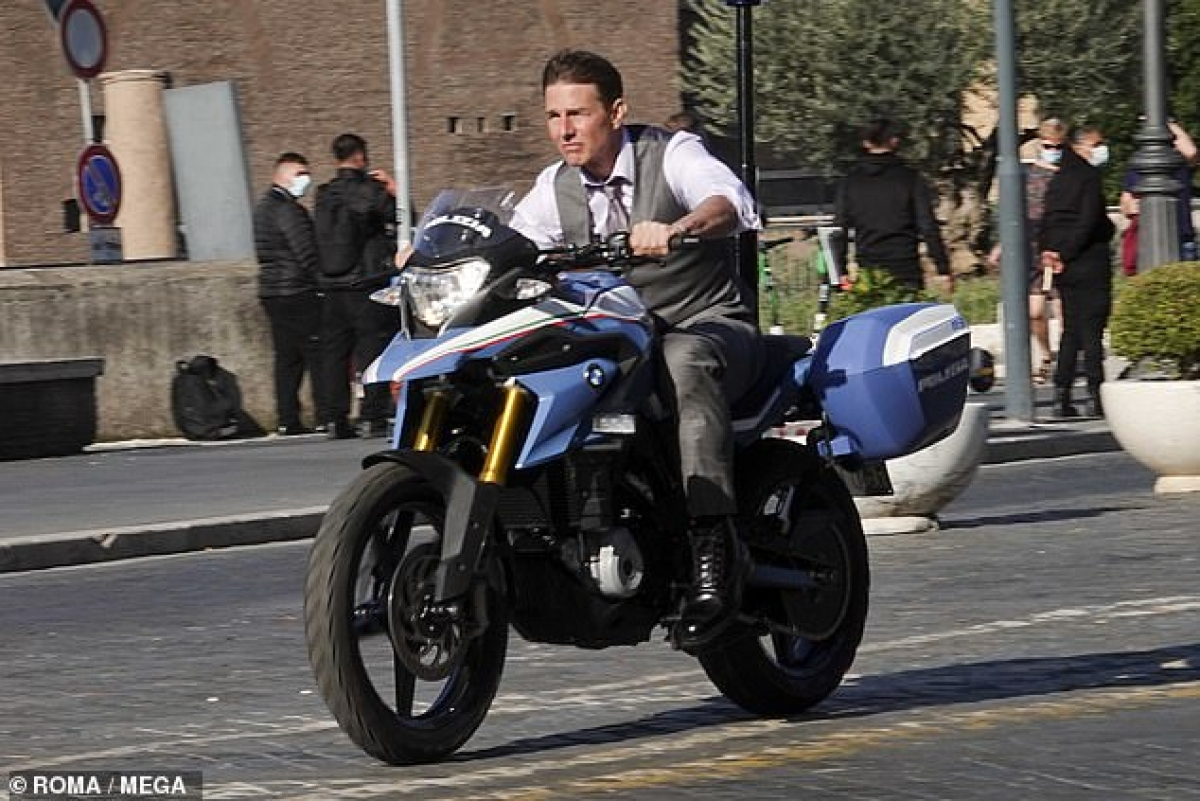 """Daily Mail đưa tin ngày 9/10,Tom Cruise đã xuất hiện trên đường phố Rome, Italy để ghi hình cảnh truy đuổi bằng xe hơi cho bộ phim """"Mission: Impossile 7""""."""
