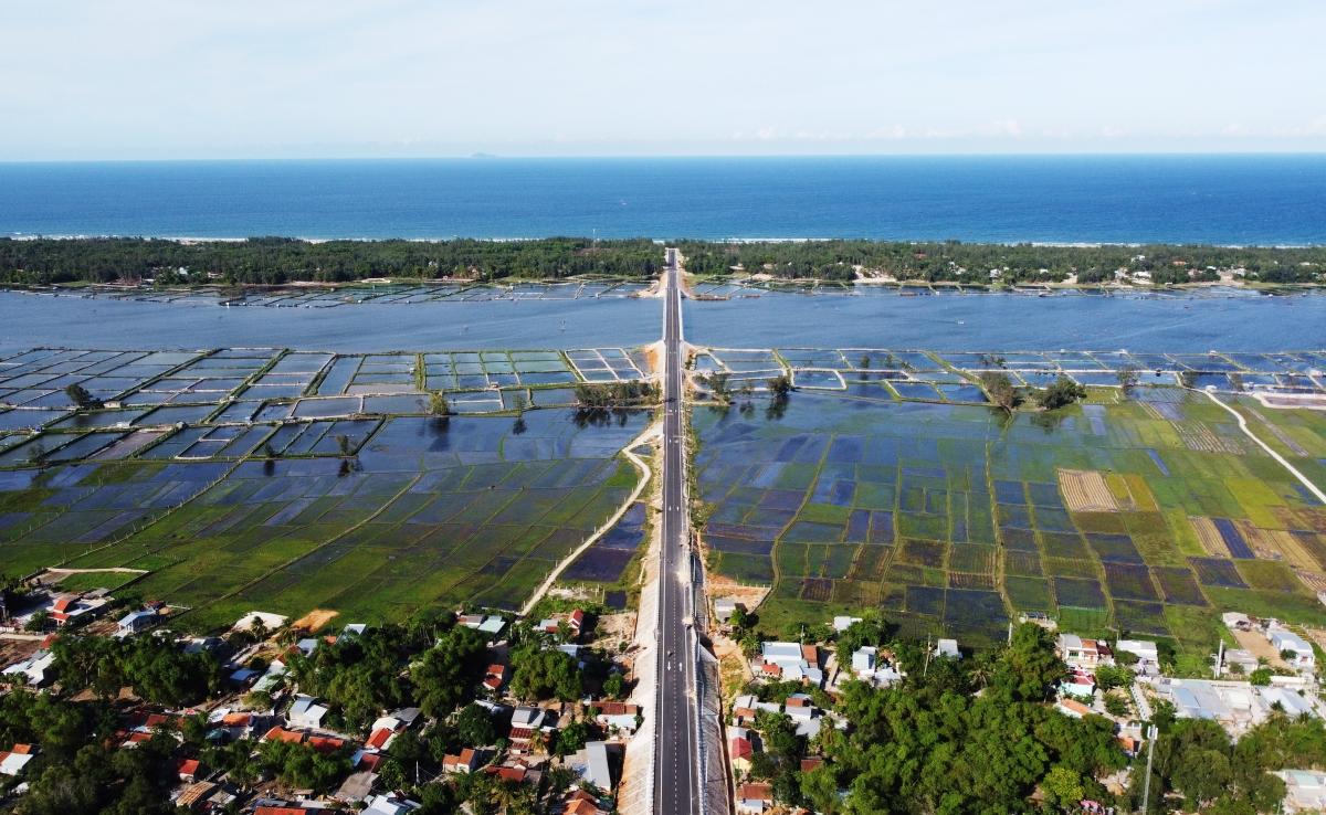 Đường Võ Chí Công ven biển nối từ Hội An đến huyện Núi Thành, tạo động lực phát triển vùng Đông Quảng Nam.