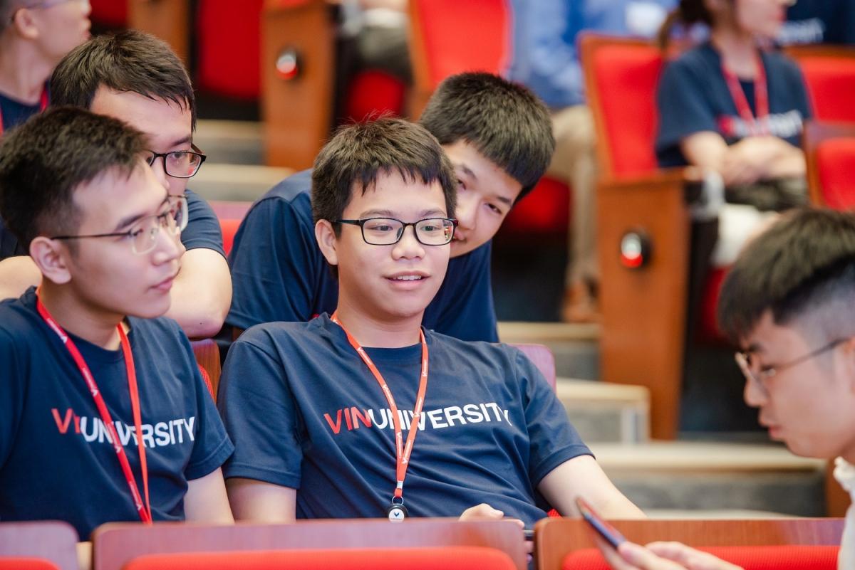 """Nguyễn Duy Minh (giữa) từng sẵn sàng """"xách vali lên và đi du học"""", nhưng kế hoạch đã rẽ hướng mới khi ứng tuyển vào VinUni và nhận học bổng toàn phần chuyên ngành Khoa học Máy tính."""
