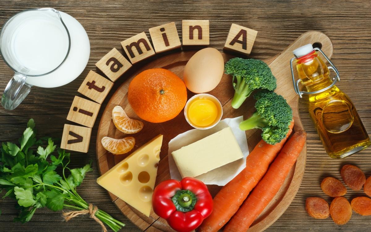 Bạn có thể bổ sung những thực phẩm giàu vitamin A như gan bò, khoai lang, bông cải xanh, nước ép cà chua, xoài, cá trích...