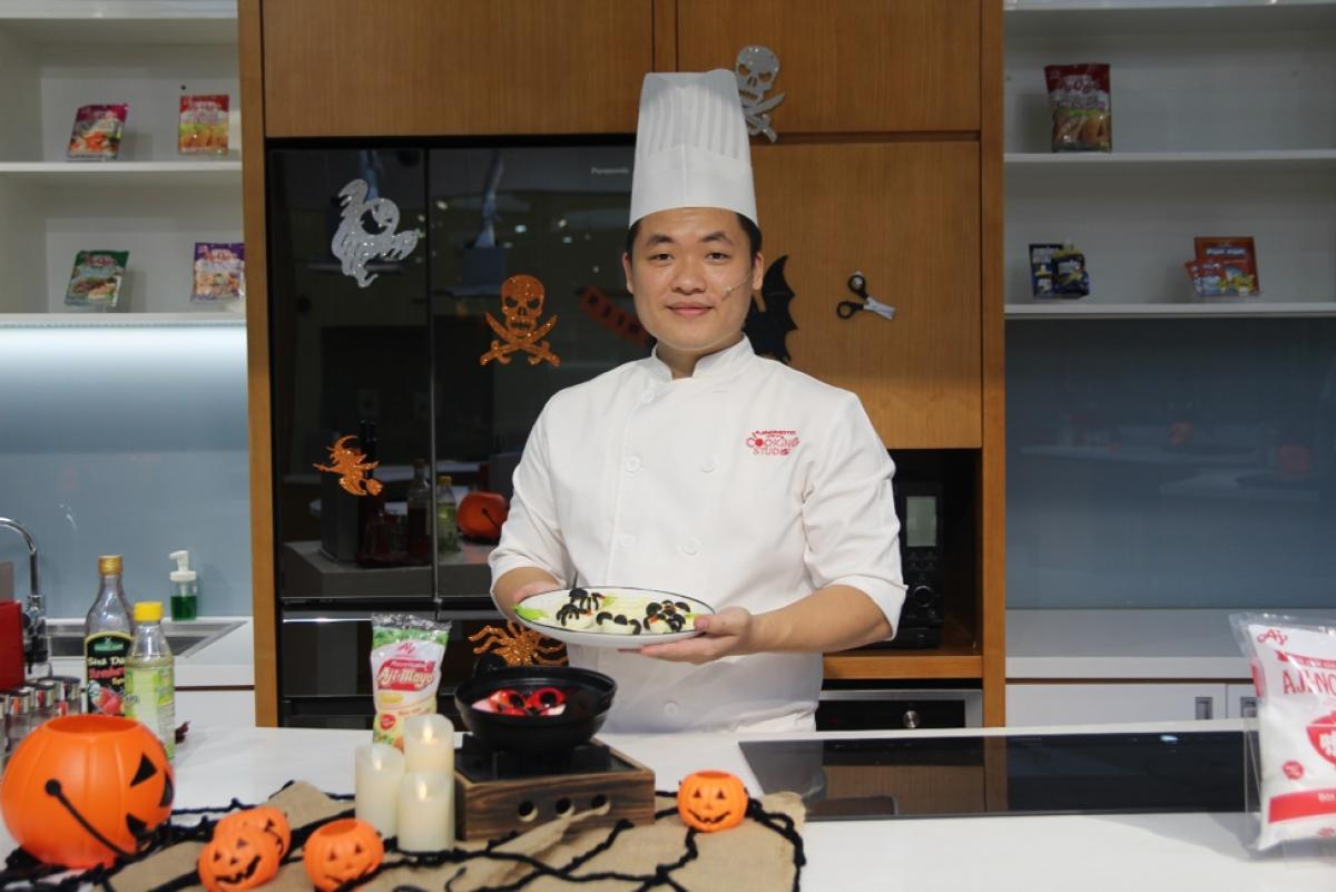 Đầu bếp Trần Hoàng Vinh đến từ Ajinomoto Cooking Studio hướng dẫn thực hiện món tráng miệng chào Halloween.