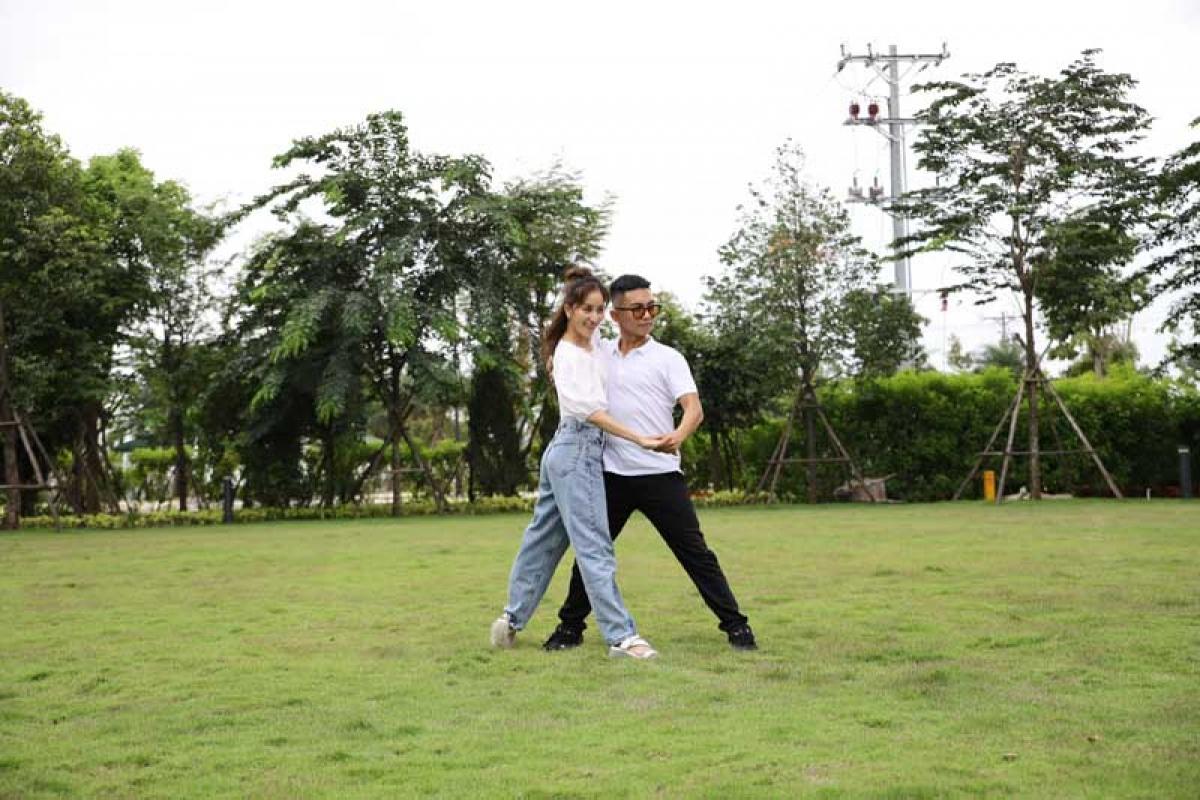 Song hành trên sàn tập lẫn thi đấu gần 15 năm, cả hai có sự ăn ý trong những bước nhảy, ánh mắt. Cặp đôi cho biết thú vị khi nhảy cùng nhau ở không gian đặc biệt, vừa lãng mạn, vừa trong lành.