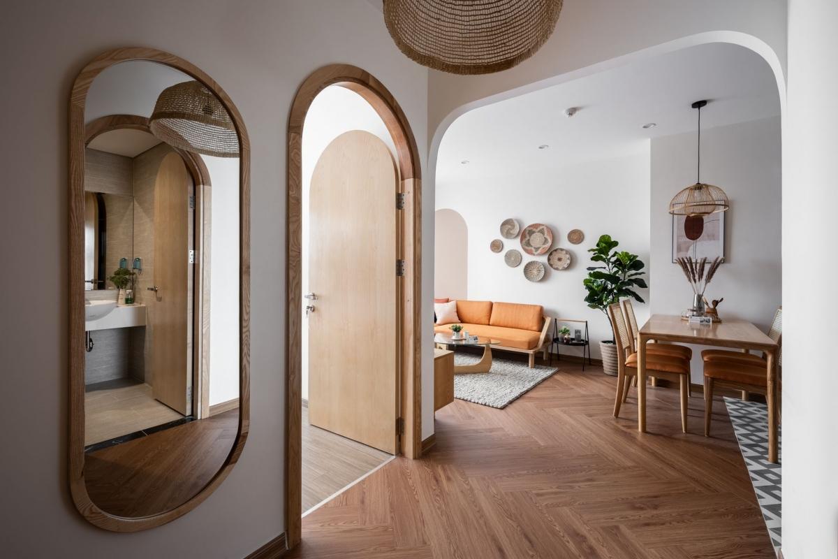 Khung cửa vòm và đồ nội thất từ chất liệu gỗ tự nhiên kết hợp mây tre mang lại hơi thở nhiệt đới gần gũi cho khách hàng trẻ tuổi.