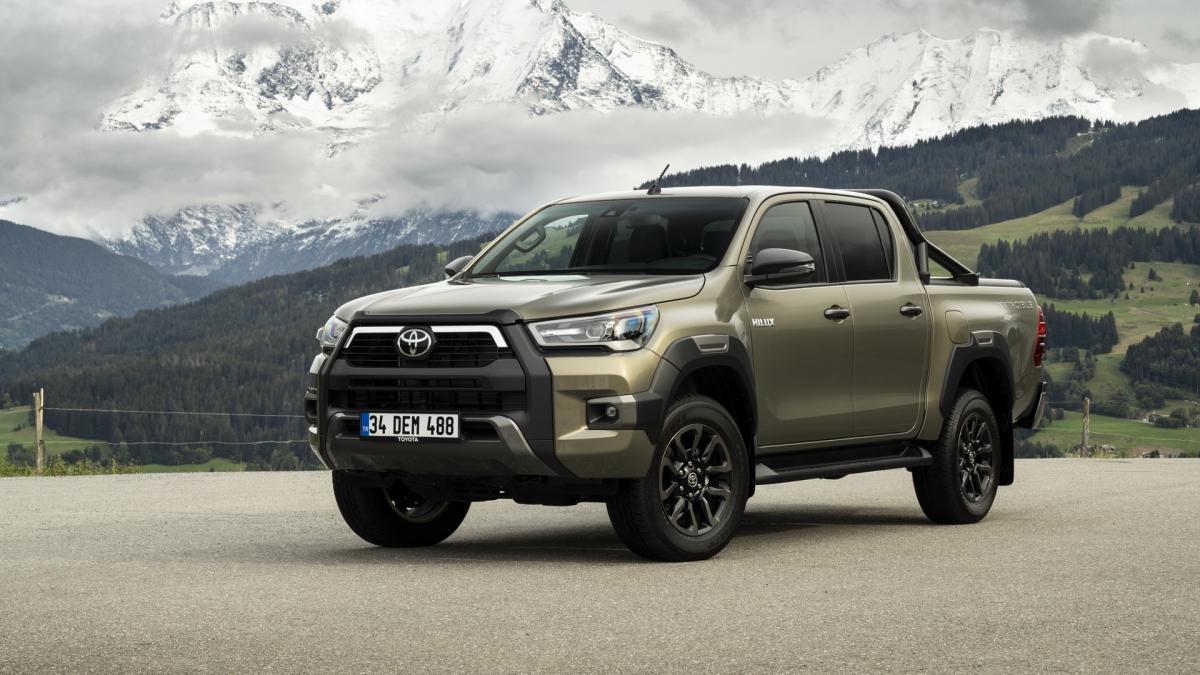 Những điểm nhấn của chiếc Toyota Hilux bản nâng cấp là động cơ diesel 4 xi lanh 2.8 L mạnh mẽ hơn, sản sinh công suất 201 mã lực và mô men xoắn 500 Nm trong khoảng từ 1.600 vòng/phút tới 2.800 vòng/phút. Động cơ mới có sẵn cả hộp số sàn và tự động 6 cấp và hệ thống dẫn động bốn bánh là tiêu chuẩn. Tuy nhiên, các mẫu xe được trang bị hộp số sàn có mô men xoắn cực đại giới hạn lên tới 420 Nm.