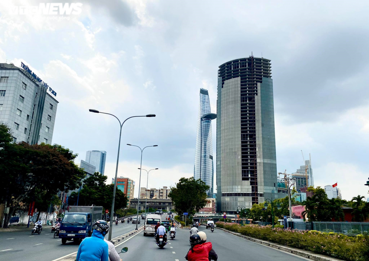 """Trong danh sách những lô đất đang được các ngân hàng bán đấu giá (phát mại) tại TP.HCM đầu tiên phải kể đến dự án Saigon One Tower. Dự án Saigon One Tower nằm ở """"khu đất vàng"""" giữa giao lộ Tôn Đức Thắng - Hàm Nghi (Quận 1). Dự án trước đây do Công ty CP Địa ốc Sài Gòn M&C làm chủ đầu tư, tổng vốn đầu tư ban đầu là 256 triệu USD."""