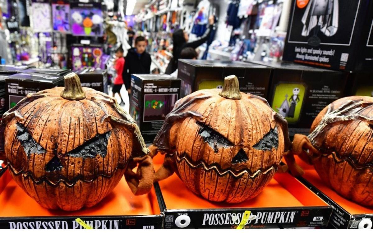 Năm nay, đồ chơi phục vụ cho ngày lễ Halloween đa dạng hơn mọi năm. (Ảnh: KT)