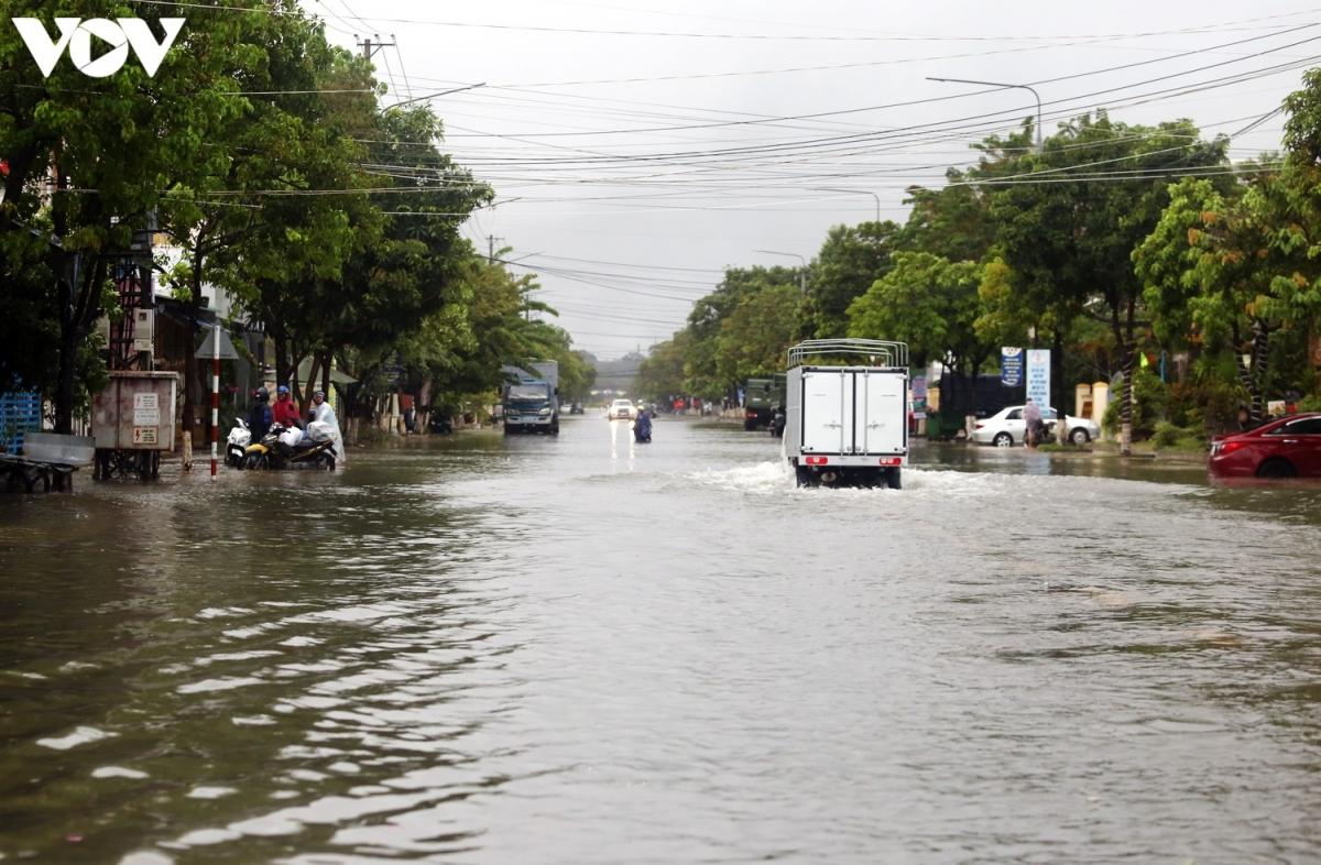 Tại thành phố Tam Kỳ, mưa lớn gây ngập sâu nhiều tuyến đường chính như Trần Hưng Đạo, Trưng Nữ Vương, Điện Biên Phủ, Phan Châu Trinh, Hùng Vương từ 0,2m- 0,5m khiến việc lưu thông của các phương tiện gặp nhiều khó khăn.