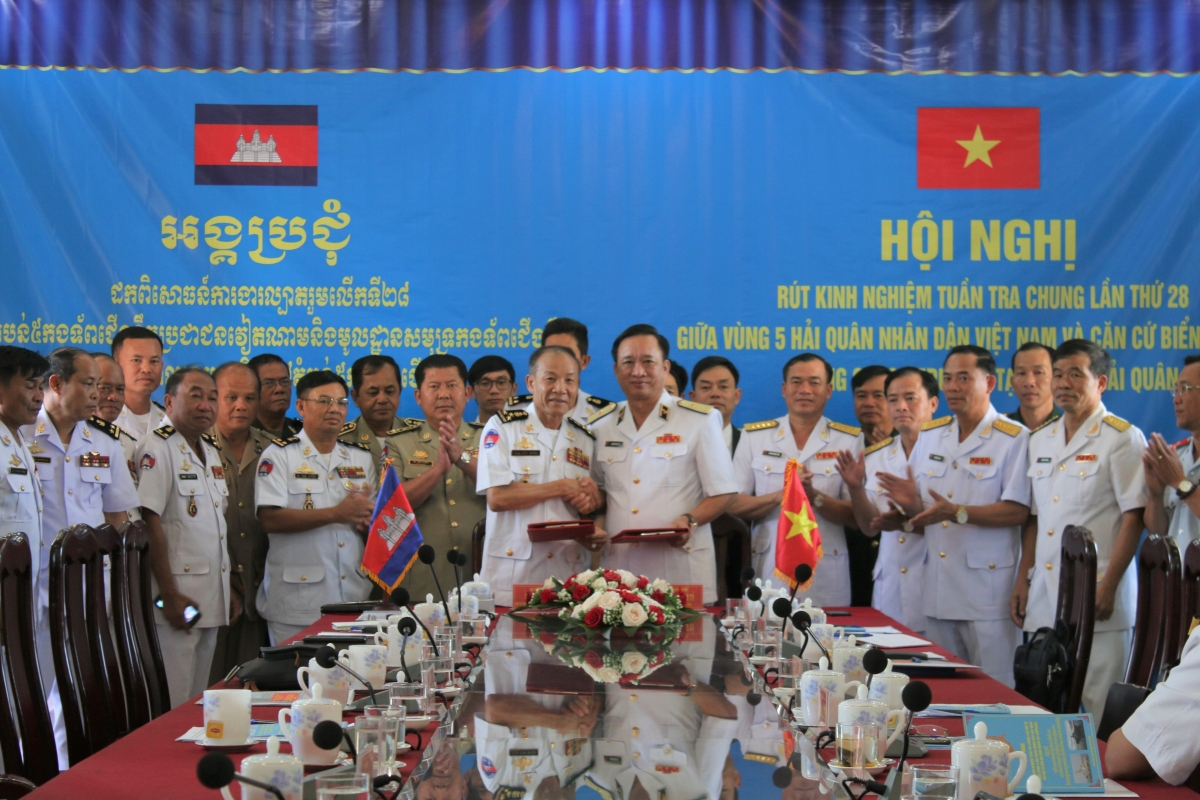 Vùng 5 Hải quân Việt Nam và Căn cứ biển Hải quân Hoàng gia Campuchia trao biên bản ghi nhớ tại Hội nghị rút kinh nghiệm lần thứ 28. Nguồn ảnh: Văn Định (Vùng 5 Hải quân)