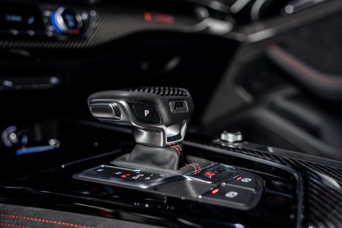 Bên trong khoang lái, một số chi tiết cũng được nâng cấp bằng sợi carbon như ốp lưng ghế, ốp táp-lô, bệ cửa, vô-lăng, cần số và nhiều chi tiết khác.