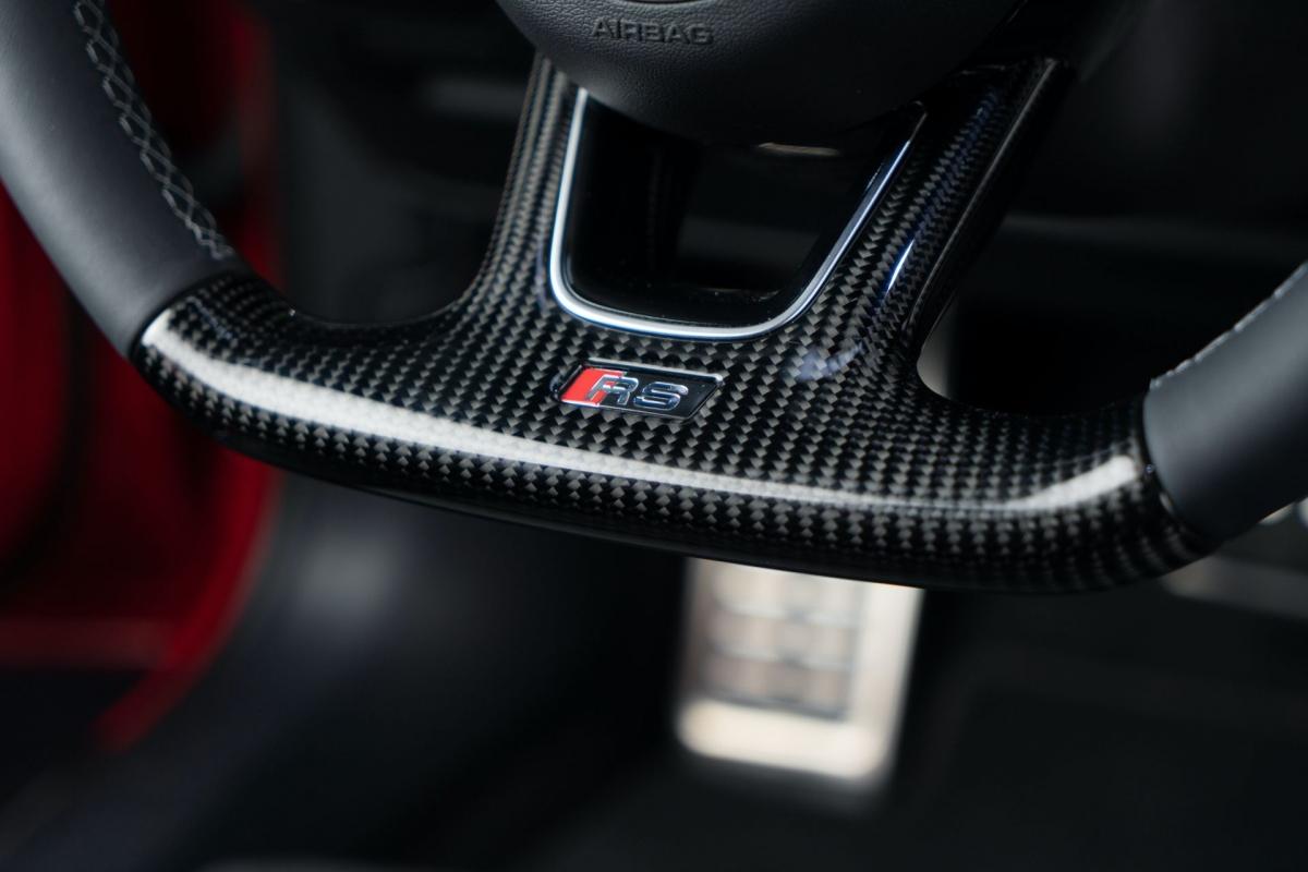 Ghế ngồi và vô-lăng cũng được bọc da lại, đi kèm một số các logo đánh dấu bản độ đặc biệt ABT Sportsline RS4-R.