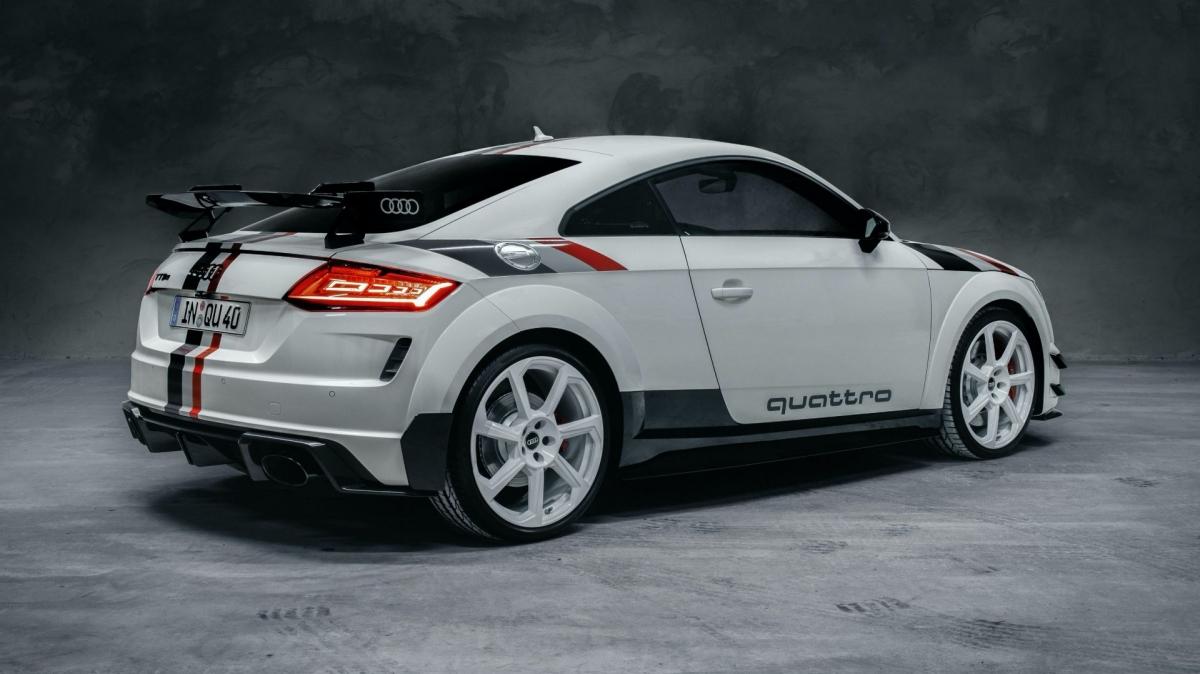 """Audi TT RS phiên bản đặc biệt """"40 years of Quattro"""" sở hữu ngoại thất được sơn trắng với tên gọi Alpine. Kèm theo đó là bộ tem đua hoài cổ xuất hiện ở hai bên hông, nắp ca-pô cũng như mui và đuôi xe"""