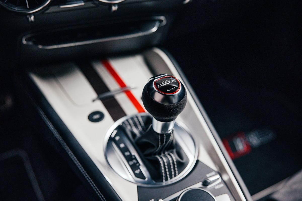 Bản này cũng có một số các chi tiết đặc biệt của gói nâng cấp S Line như vạch đánh dấu 12 giờ trên vô-lăng, bệ tì tay bọc da màu đen, chỉ khâu tương phản màu trắng,… Chi tiết đặc biệt cuối cùng khiến chiếc xe khác biệt là cần số được đánh số thứ tự.