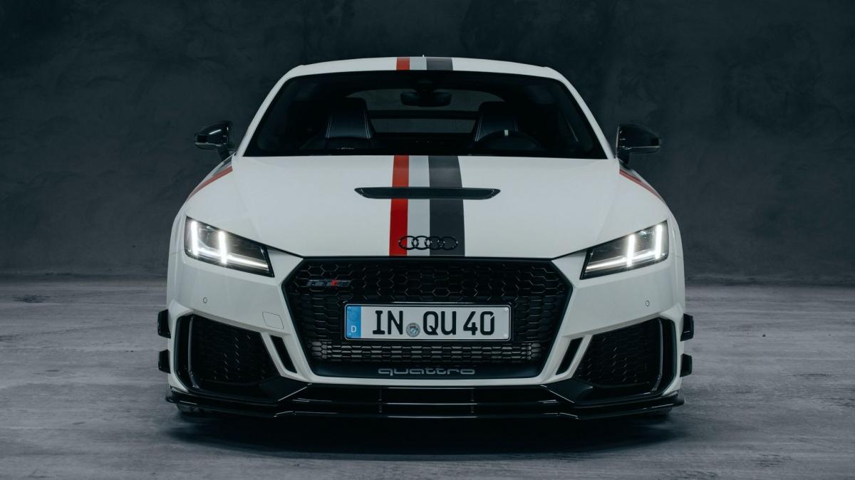 """Để tạo nét tương phản cho màu sơn trắng, một số điểm nhấn bên ngoài sẽ được sơn đen, bao gồm cả logo """"bốn vòng tròn"""" và logo Quattro trên cửa xe."""