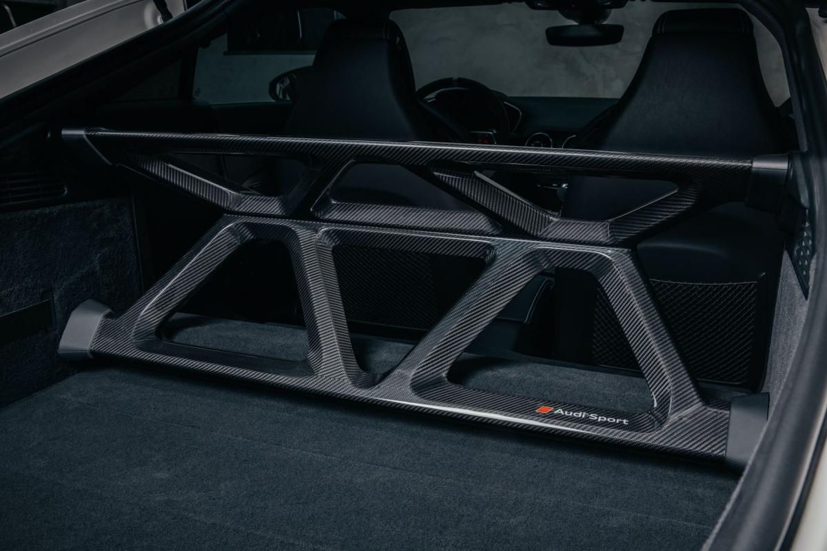 Xe vẫn sử dụng động cơ TFSI năm xy-lanh, dung tích 2.5 lít tăng áp tương tự như những chiếc Audi TT RS khác. Khối động cơ này sẽ cung cấp cho xe sức mạnh tối đa 394 mã lực và mô-men xoắn tối đa 480 Nm. Sức mạnh sẽ được truyền thông qua hộp số S tronic 7 cấp, ly hợp kép, nhờ đó, xe sẽ có được khả năng tăng tốc lên 100 km/h trong 3,7 giây trước khi đạt tốc độ tối đa ở mức 280 km/h.