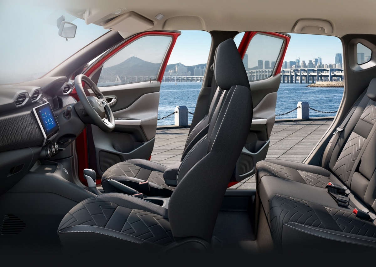 Bên trong, bảng táp-lô được tích hợp cửa gió điều hòa bắt mắt và một màn hình giải trí kích thước 8 inch. Màn hình này đặt trên ba núm xoay trung tâm, được tích hợp công nghệ kết nối Apple CarPlay và Android Auto.