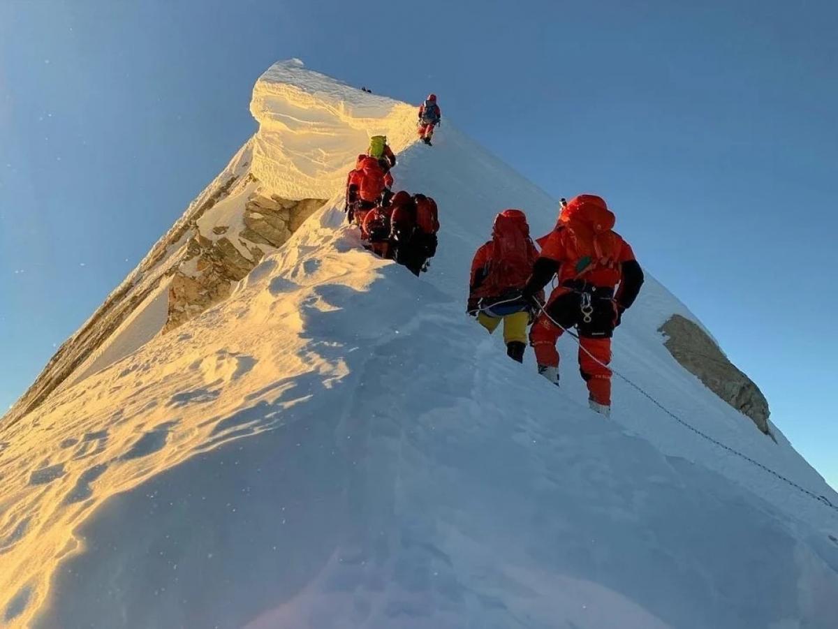 Các thành viên trong đoàn leo lên đỉnh Manaslu. Ảnh: Seven Summit Treks