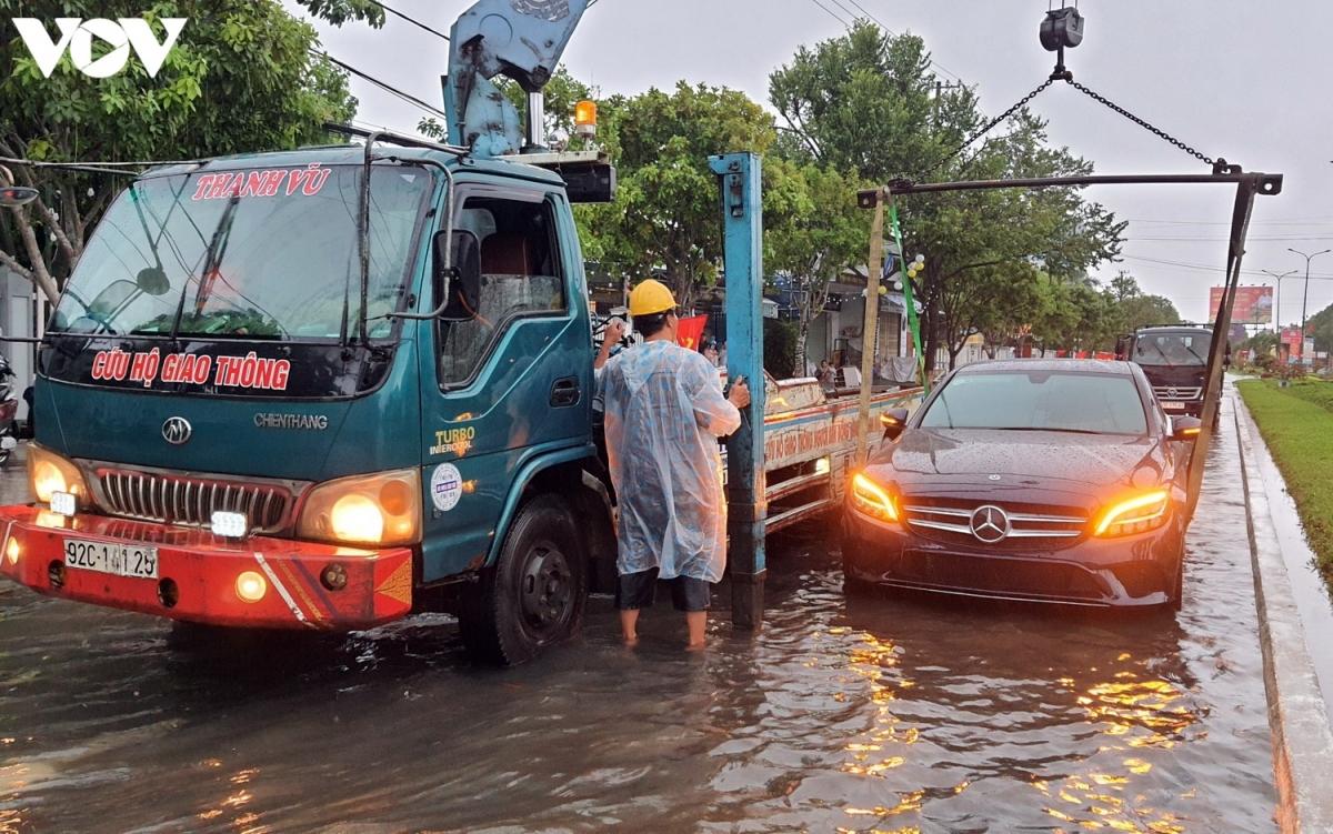 Xe cứu hộ cẩu xe ô tô bị chết máy tại một tuyến đường ở thành phố Tam Kỳ.