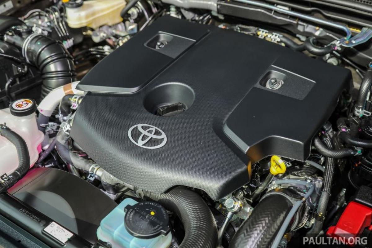 Giống như trước đây, động cơ diesel 2.4L và 2.8L GD có sẵn nhưng động cơ lớn hơn được dành riêng cho chiếc Hilux Rogue mà bạn đang thấy ở đây. Động cơ 1G-FTV sản sinh công suất 199 mã lực tại vòng quay 3.400 vòng/phút và mô men xoắn 500 Nm tại vòng quay từ 1.600 vòng/phút đến 2.800 vòng/phút, tăng đáng kể 26,46 mã lực và mô men xoắn 50 Nm so với trước đây. Mặc dù có công suất cao hơn nhưng Toyota khẳng định mức tiêu thụ nhiên liệu sẽ thấp hơn 4% trung bình 10,9 km/l. Động cơ có bộ tăng áp hạng năng được làm mát bằng nước (trước đây được làm mát bằng không khí).
