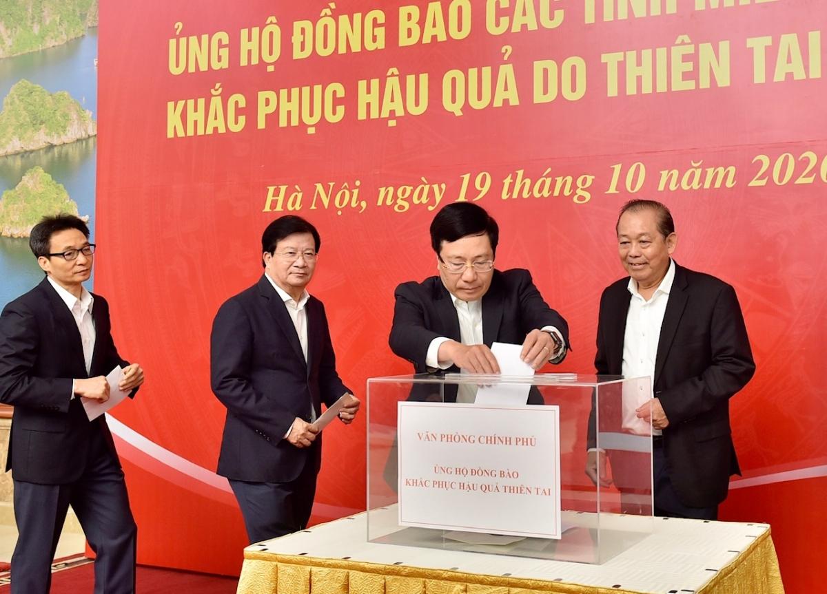Lãnh đạo Chính phủ quyên góp ủng hộ đồng bào các tỉnh miền Trung. Ảnh: VGP/Nhật Bắc